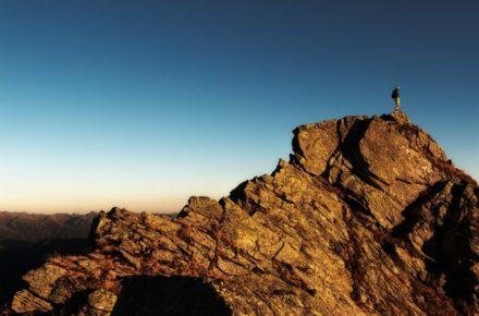 Imagem - resiliência no alto da montanha, solidão