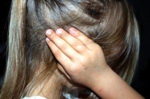 criança tapando os ouvidos
