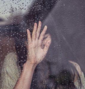 Descrição Imagem - Garota triste