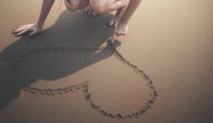Descrição imagem - Coração na areia