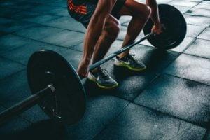 Imagem - Homem fazendo musculação